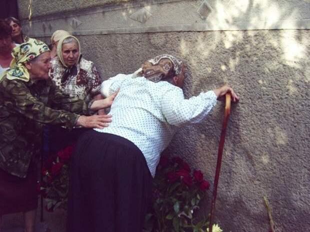 Жители села долгое время поклонялись ссаным разводам на стене богородица, обман, религия