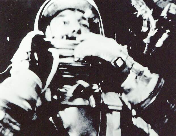 18. 1961, 5 мая. Портрет Алана Шепарда в его скафандре на борту «Меркурия-Редстоуна»-3 (Freedom 7) в течение первого американского суборбитального полета