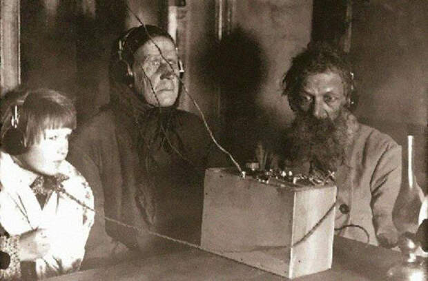 Советские крестьяне впервые слушают радио, 1928 год.