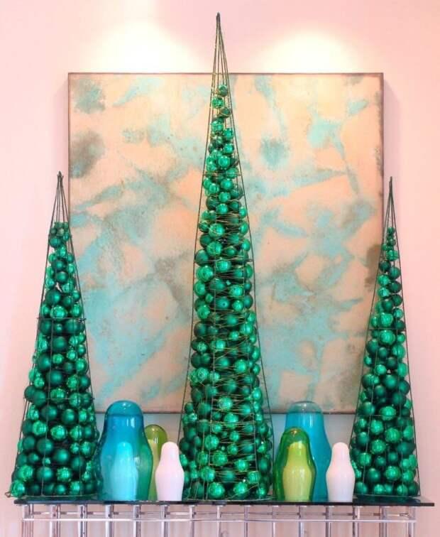 три конуса из проволоки с зелеными шарами внутри
