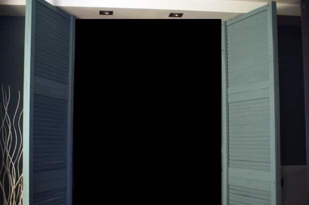 Шкаф в нишу из жалюзийных дверок