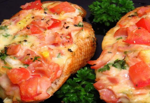 Готовим бутерброд как пиццу: запекаем начинку на куске хлеба
