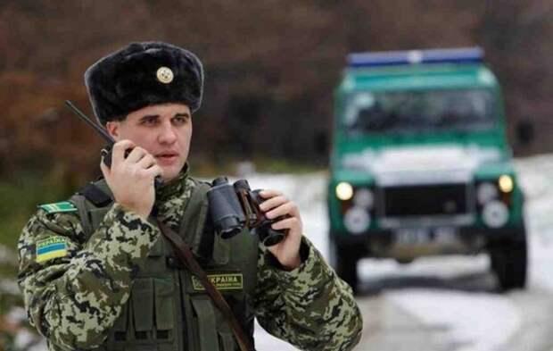 Украинские пограничники досматривают телефоны крымчан