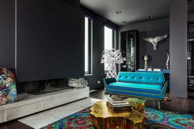 Ярко-голубой диван в темной гостиной