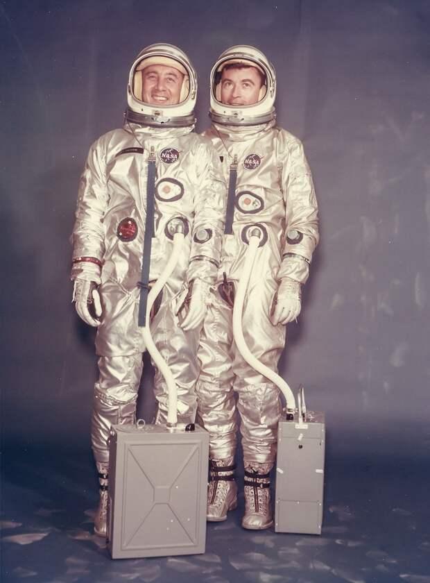 27. 1965, март. Портрет первого экипажа космического корабля серии «Джемини» Вирджила Гриссома и Джона Янга