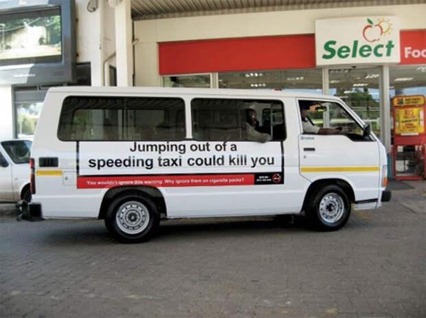 """Надпись на маршрутке: """"Выпрыгивание из машины, которая едет на полной скорости, может вас убить""""."""