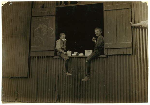 24. Обеденный перерыв на стекольном производстве в Западной Вирджинии. 1908 год. америка, дети, детский труд, история