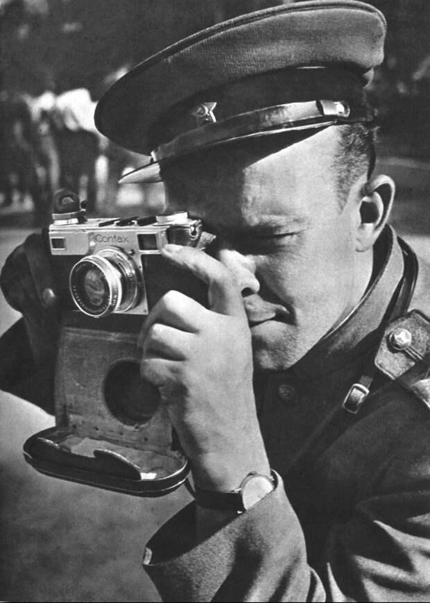 70-Советский офицер с фотоаппаратом «Contax II». Май 45.jpg