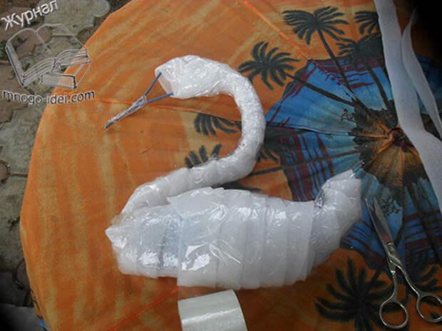Лебедь из пленки и бутылок
