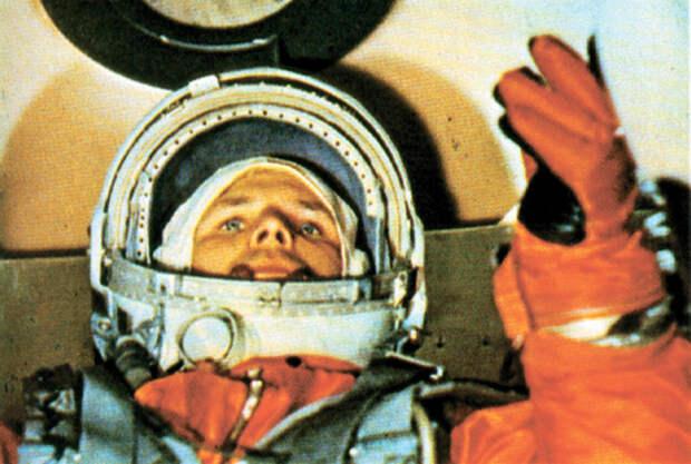 Почему сначала Гагарина называли пилотом-астронавтом