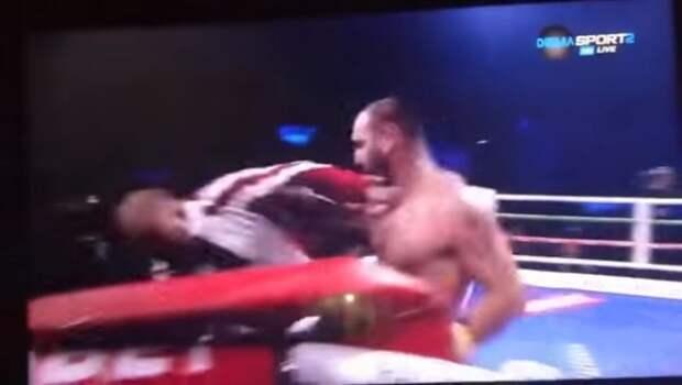 Боксер так расстроился из-за проигрыша, что решил избить своего тренера (ВИДЕО)