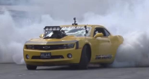 Стил Ногас на Killa-B Camaro «уничтожает» шины на автошоу.