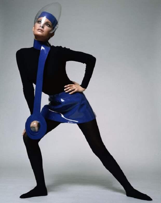 В 1960-х люди думали, что мода будущего будет выглядеть именно так – все блестящее, прозрачное и ультра-гладкое.