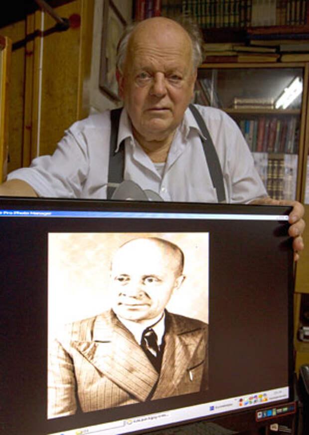 Станислав Шушкевич с портретом своего отца
