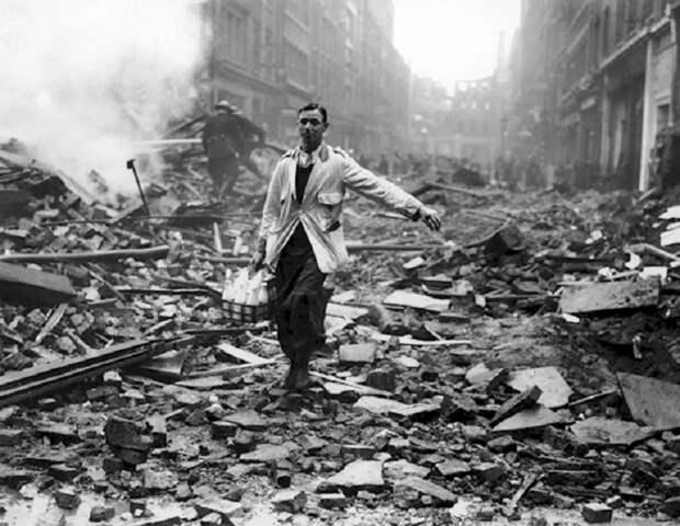 Британский молочник на улицах Лондона после немецкой бомбардировки, 9 октября 1940 года.