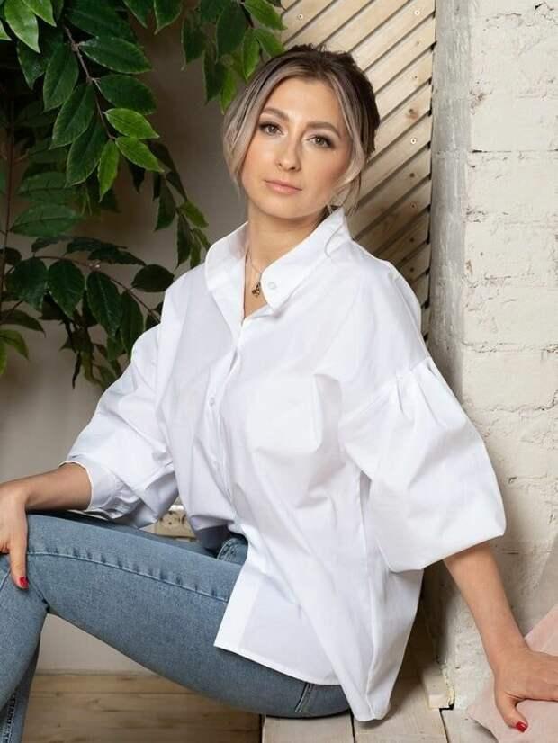 Женщина в хлопковой оверсайзной рубашке. /Фото: i.pinimg.com