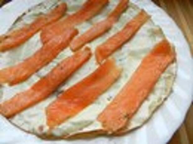 Рулетики из блинов с лососем.