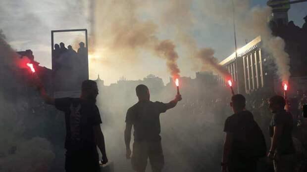 Идёт мощная драка: неонацисты пошли на прорыв кордона у офиса Зеленского, полетела брусчатка и камни