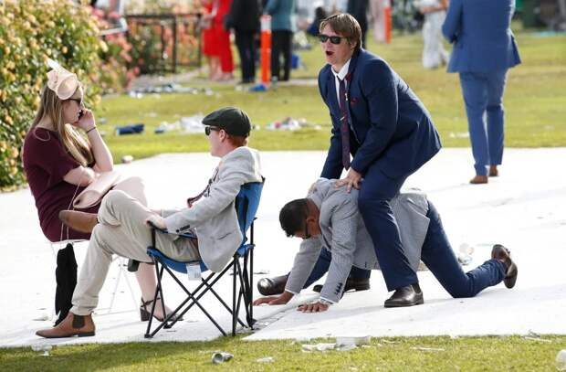 Алкогольный забег: пьяный коллапс на ежегодных скачках в Мельбурне