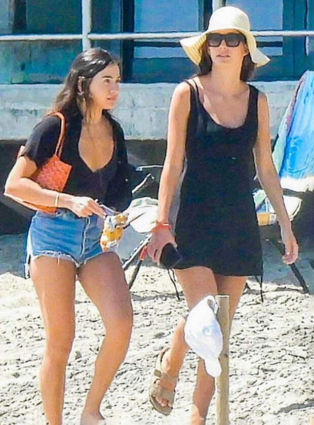 Леонардо Ди Каприо проводит время на пляже в Малибу со своей семьей и девушкой Камилой Морроне