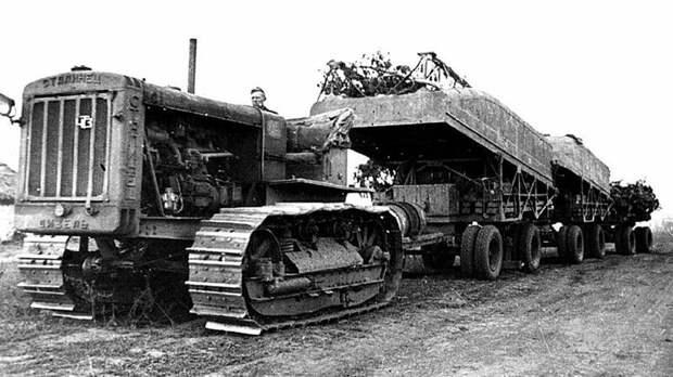 Челябинский трактор С-65 «Сталинец» с имуществом парка Н2П-41 на трёх прицепах авто, автоистория, военная техника, история, переправа, понтон, понтонно-мостовая переправа