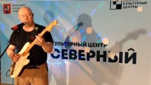 Педагог культурного центра «Северный» подарил женщинам рок-концерт