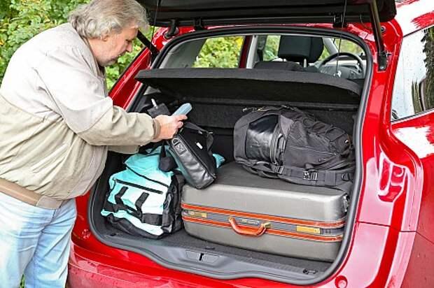 Багажник не гигантский – 535 литров, но его можно существенно увеличить, сдвигая и складывая каждое из задних сидений по отдельности.