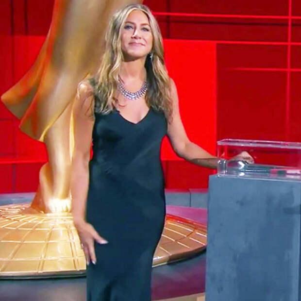 """Дженнифер Энистон с """"Друзьями"""", Зендая со статуэткой: как прошла виртуальная премия """"Эмми"""""""