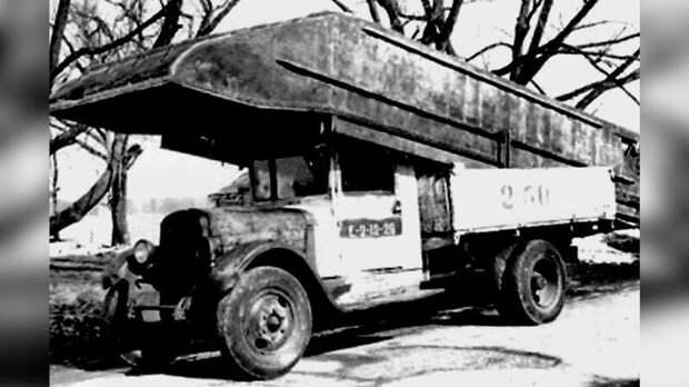 Носовой понтон тяжелого парка ТМП в кузове обычного грузовика ЗИС-5 авто, автоистория, военная техника, история, переправа, понтон, понтонно-мостовая переправа