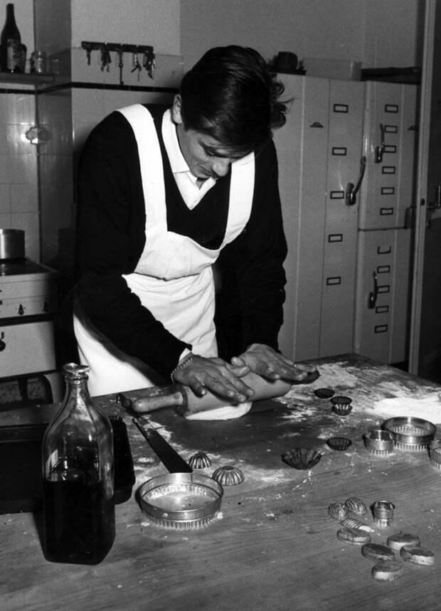 Ален Делон готовит печеньки, 1960 история, мгновения жизни, фотография