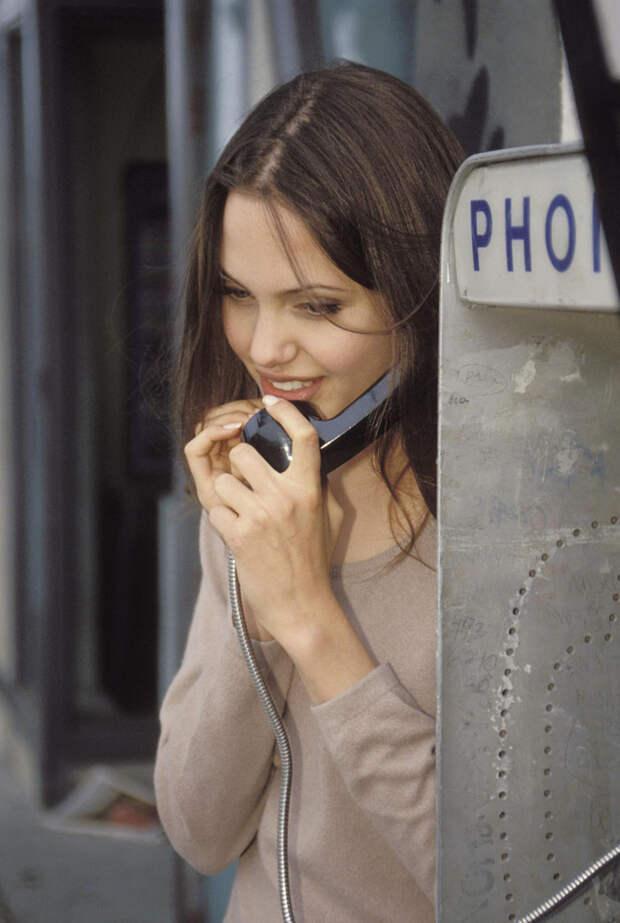 Анджелина Джоли (Angelina Jolie) в фотосессии Мишеля Буркара (Michel Bourquard) (1994), фото 27