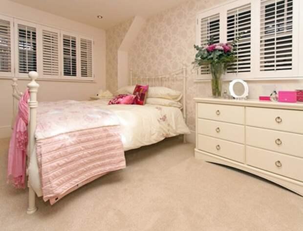 Интерьер классической женственной спальни в бежевых тонах с небольшими акцентами теплого розового