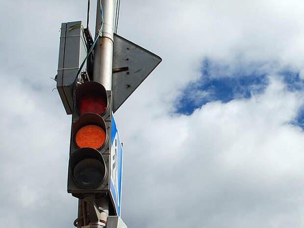 В Москве автомобиль сбил ребенка, перебегавшего дорогу на красный свет