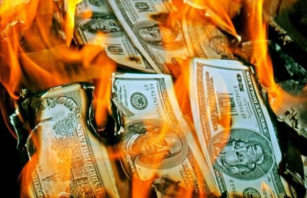 Эксперт предсказал жителям США падение уровня жизни из-за проблем с долларом