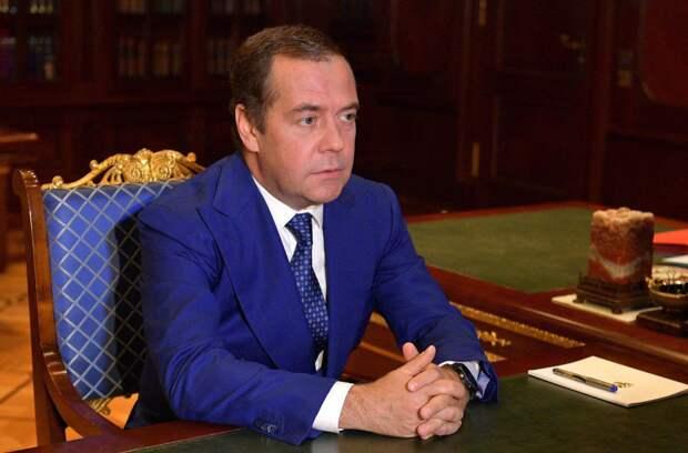 Медведев появился на публике впервые за две недели
