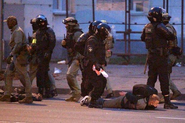 Силовики начали задерживать протестующих в Минске