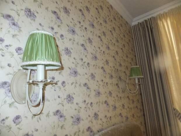 Зеленые бра в спальне