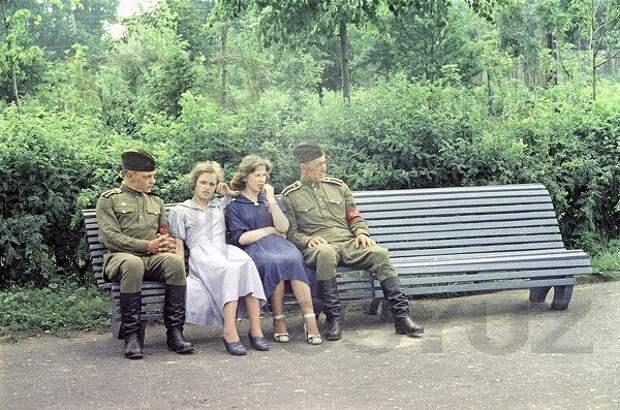 Комендантский патруль и девушки.