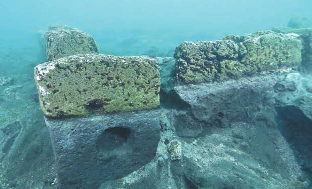 Самабах, Гватемала Древний город майя покоится на глубине 35 метров, в водах озера Атитлан. Обнаружен он был лишь в 1996 году дайвером Роберто Самайоа. Ученые предполагает, что город ушел на дно около 2000 лет назад в результате вулканической деятельности. Алтари, курильницы и другие артефакты говорят о том, что случилось это внезапно.