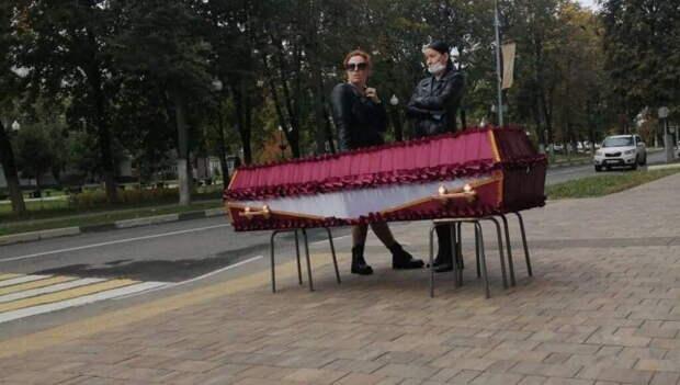 Жительница города Балашиха привезла гроб с телом своей сестры к зданию администрации из-за запрета на захоронение