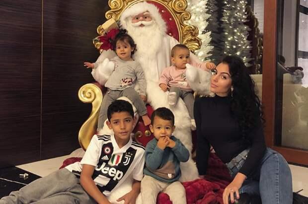 Невеста Криштиану Роналду опубликовала семейное фото