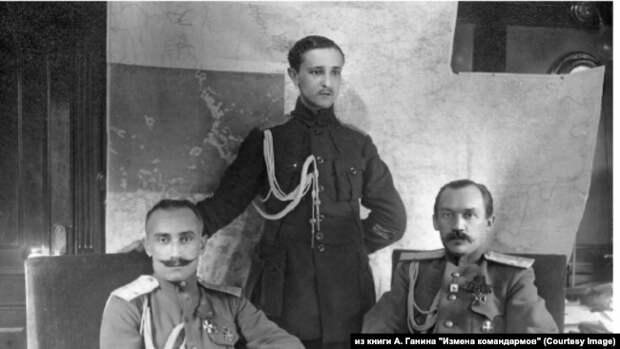 Генерал-майоры Б. П. Богословский и А. А. Сурнин (сидят) в штабе Сибирской армии. 1919 г. Фото предоставлено А. М. Кручининым