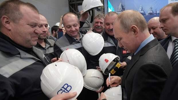 Путин расписался на касках сотрудников завода «Северная Верфь»