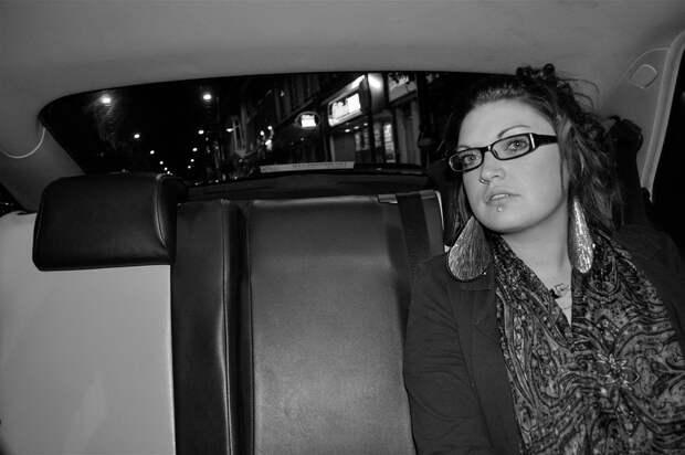 Что видит таксист на заднем сидении