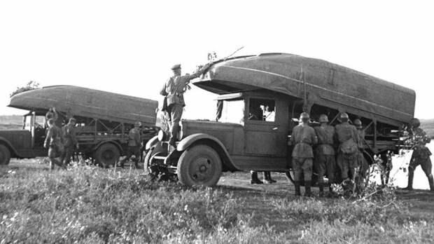 На учениях автомобили понтонного парка Н2П-32 на шасси ЗИС-5 (фото С. Фридлянда) авто, автоистория, военная техника, история, переправа, понтон, понтонно-мостовая переправа