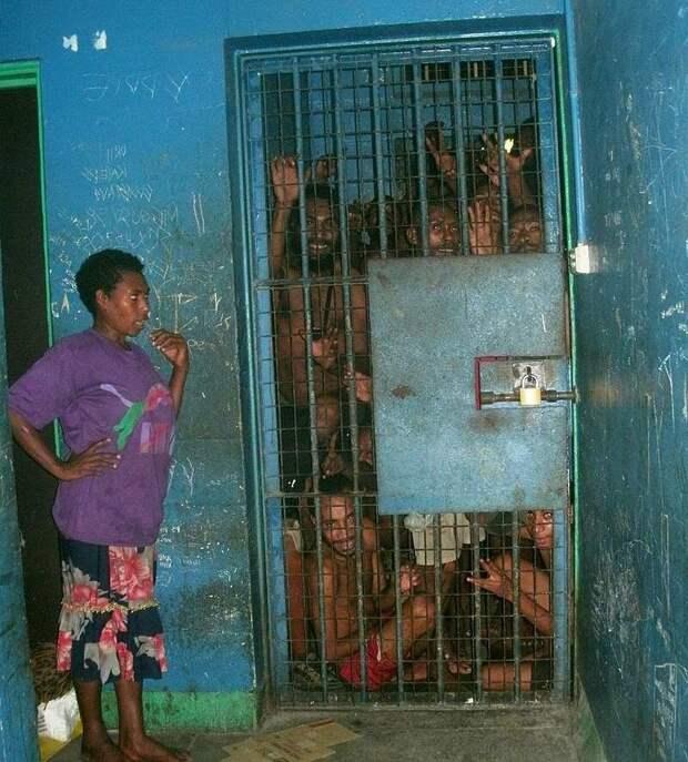 В таких условиях полиция содержит задержанных. Изображение взято из открытых источников.