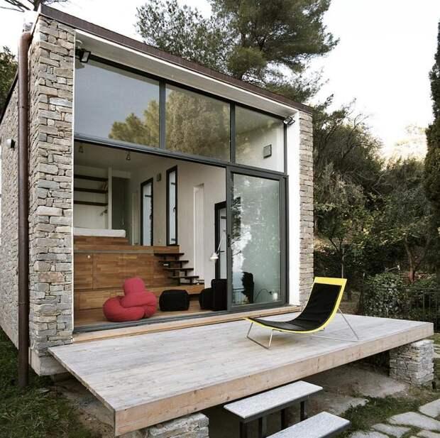 Квадратный кирпичный домик в Северной Италии.