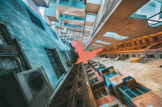 Футуристичный Гонконг: вид на небоскребы с земли