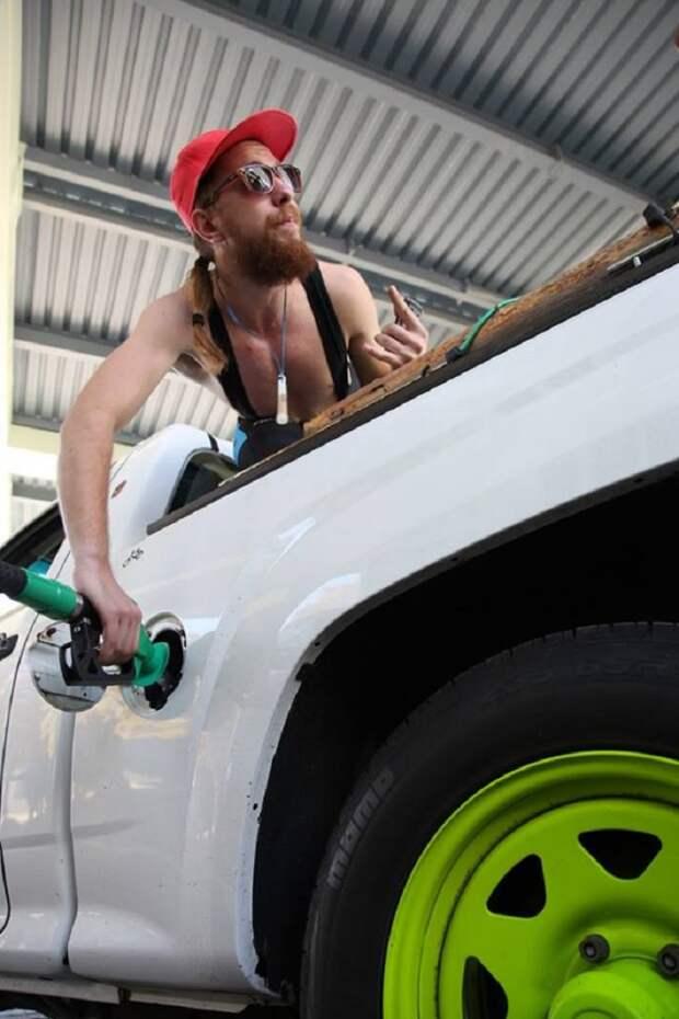 Украинцы разделись за бензин