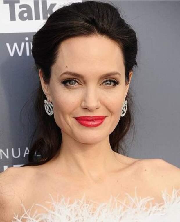 Взбешенная Анджелина Джоли пытается встретиться с Меган Маркл